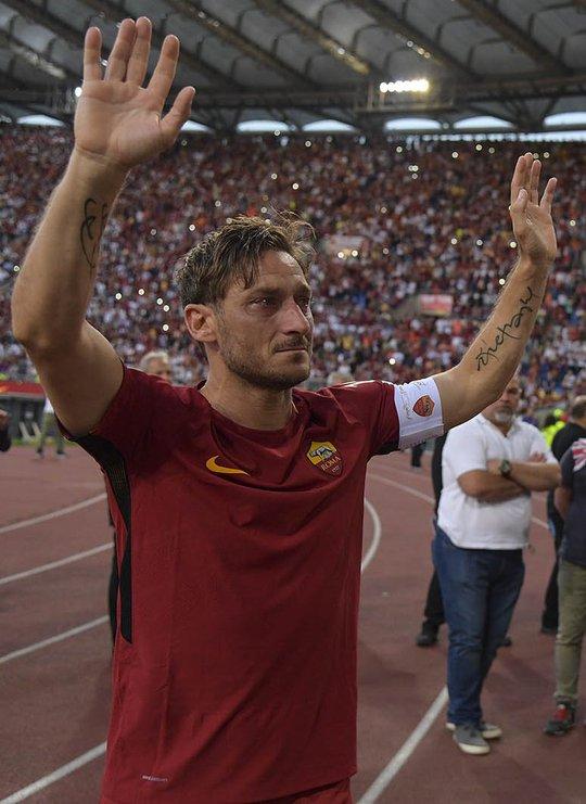 Totti ngấn lệ trong ngày giã từ sân cỏ - Ảnh 1.