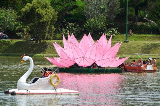 Du lịch đạp vịt Hồ Xuân Hương thu hút các bạn trẻ.