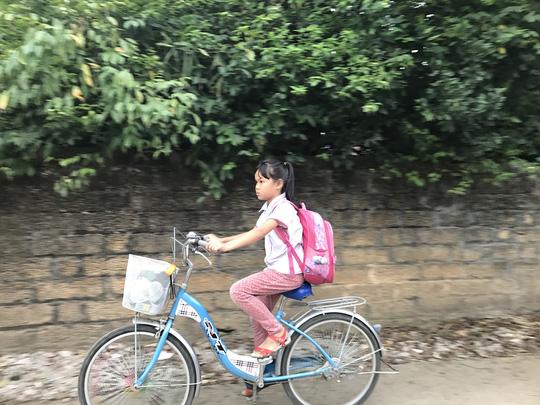 Trẻ em đến trường sáng 20-4