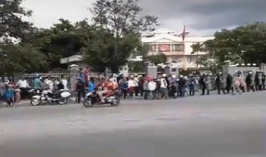 Dân tập trung UBND thị xã Ninh Hòa vì bãi rác Hòn Rọ