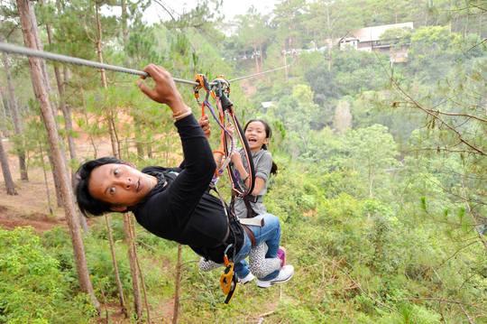 Đu dây mạo hiểm trên đồi thông thu hút khách.