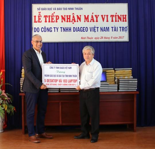 Diageo Việt Nam tặng hơn 100 máy tính cho học sinh nghèo Ninh Thuận - Ảnh 1.