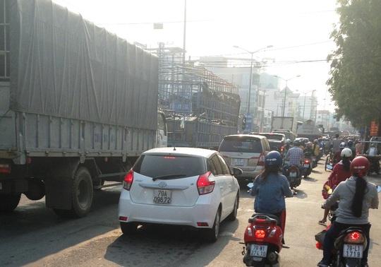Xe ô tô kéo dài từ ngã ba Vĩnh Thái,qua cầu Dứa