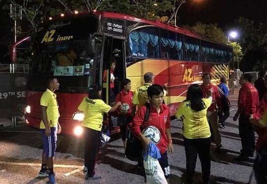 Tài xế chở đội bóng đá nữ Myanmar bị bắt vì ăn cắp - Ảnh 1.