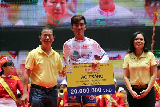Nguyễn Nhật Nam nhận chiếc áo trắng cho tay đua trẻ xuất sắc
