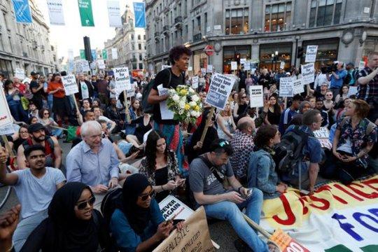 Vụ cháy ở London: Biểu tình sôi sục, thủ tướng Anh tháo chạy - Ảnh 2.