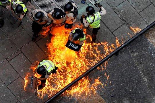 Venezuela: Thủ đô hỗn loạn, thêm người thiệt mạng - Ảnh 1.