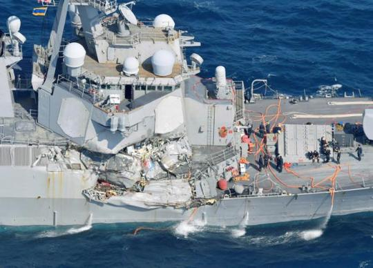 Tàu chiến Mỹ va chạm tàu hàng Philippines, 7 binh sĩ mất tích - Ảnh 1.