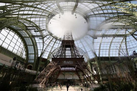 Mang tháp Eiffel lên sàn catwalk - Ảnh 1.