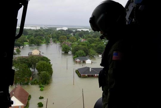 Venezuela đề nghị hỗ trợ 5 triệu USD cho nạn nhân bão Harvey - Ảnh 2.