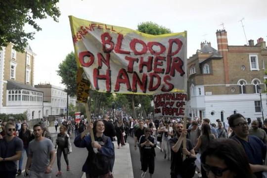 Vụ cháy ở London: Biểu tình sôi sục, thủ tướng Anh tháo chạy - Ảnh 3.