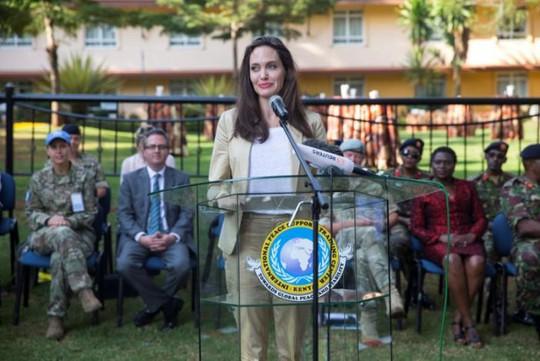 Angelina Jolie thăm các bé gái tị nạn ở Kenya - Ảnh 4.