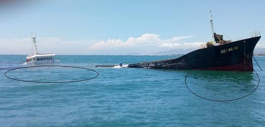 Nguy cơ tràn dầu từ tàu chìm trên vùng biển Ninh Chử - Ảnh 1.