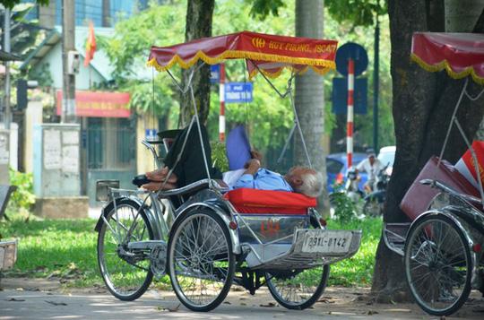 Muôn kiểu chống chọi nóng kinh người trên 40 độ C ở Hà Nội - Ảnh 4.