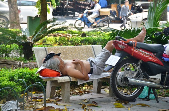 Muôn kiểu chống chọi nóng kinh người trên 40 độ C ở Hà Nội - Ảnh 3.