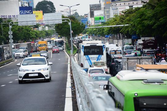 Giao thông hỗn loạn quanh sân bay Tân Sơn Nhất suốt 5 giờ - Ảnh 6.