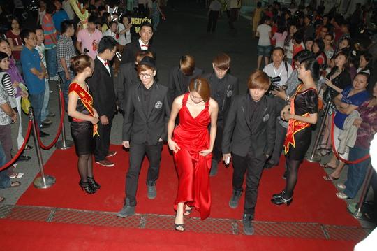 Dàn sao Việt cá tính trên thảm đỏ Mai Vàng lần thứ 16 - Ảnh 1.