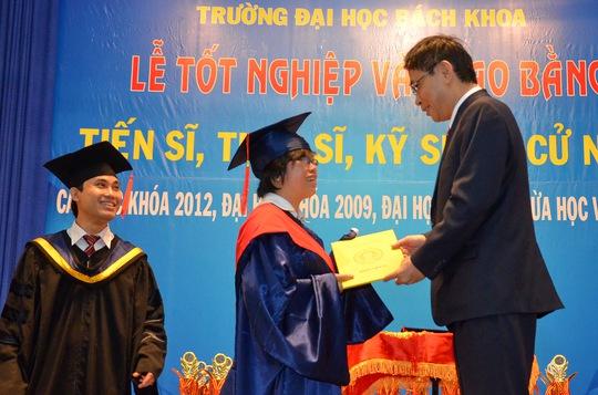 PGS-TS Nguyễn Hội Nghĩa, Phó Giám đốc ĐHQG TP HCM, trao bằng tiến sĩ cho nghiên cứu sinh của Trường ĐH Bách khoa TP Ảnh: Tấn Thạnh