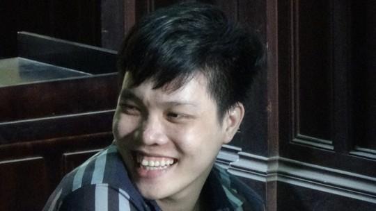 Bị cáo Phạm Quốc Thiêng bình thản tươi cười trong lúc tòa nghị án.