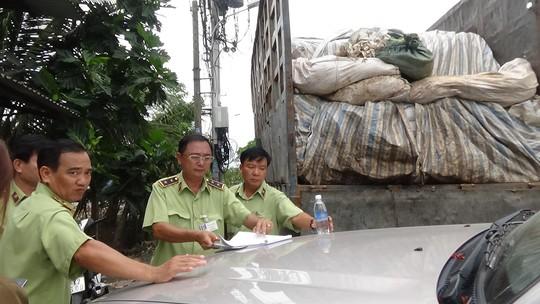 Ngụy trang xe chở rác nhập lậu gần trăm tấn đường - Ảnh 1.