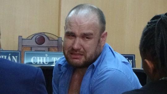 Gã đàn ông ngoại quốc khóc suốt phiên tòa - Ảnh 1.