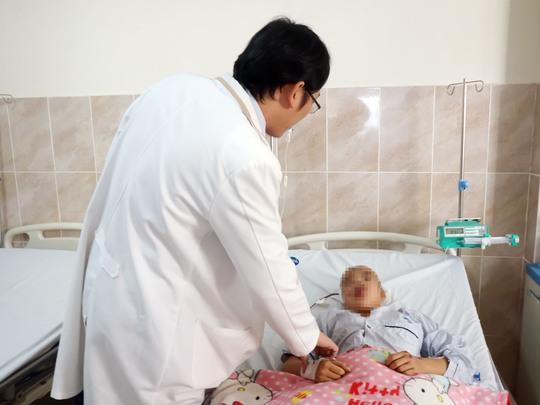 Mở sọ, giải áp cứu bé gái chấn thương do TNGT - Ảnh 1.