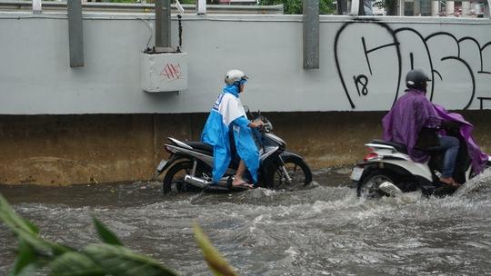 Mưa chưa đến 2 giờ, Sài Gòn đã ngập, kẹt xe khắp nơi - Ảnh 5.