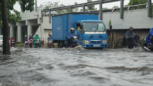 Mưa chưa đến 2 giờ, Sài Gòn đã ngập, kẹt xe khắp nơi - Ảnh 2.