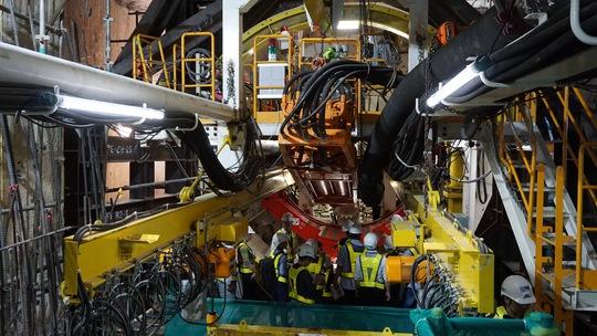 Chủ tịch UBND TP HCM xem robot đào hầm metro - Ảnh 2.