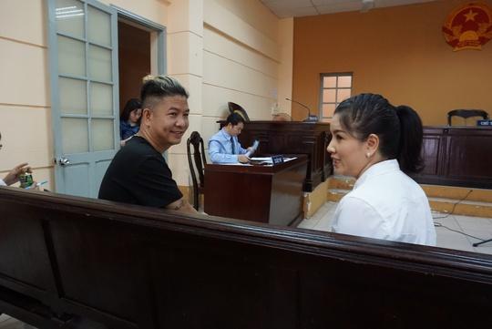 NSƯT Nguyễn Công Ninh yểm trợ tinh thần cho Ngọc Trinh tại Tòa  - Ảnh 8.