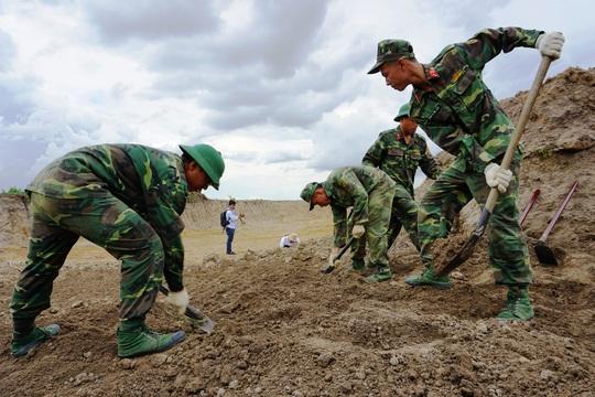 Toàn cảnh tìm hài cốt liệt sĩ ở sân bay Tân Sơn Nhất - Ảnh 7.