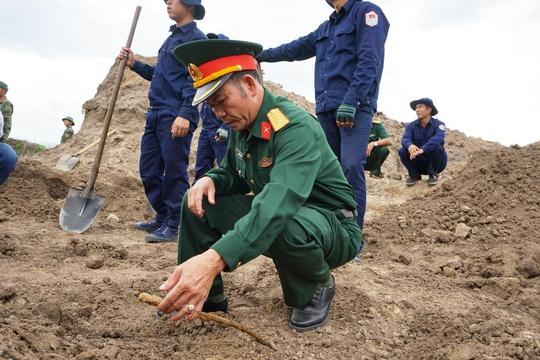 Toàn cảnh tìm hài cốt liệt sĩ ở sân bay Tân Sơn Nhất - Ảnh 6.