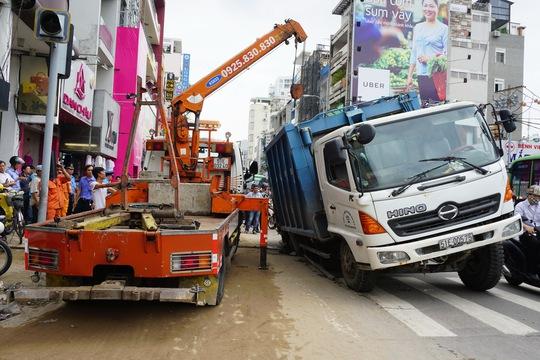 Giải cứu xe rác bị sụp hố sâu trên đường Hai Bà Trưng - Ảnh 2.