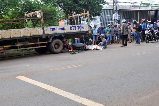 Tông xe tải bên đường, người đi xe máy chết tại chỗ - Ảnh 1.