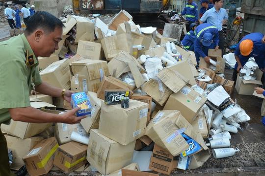 Gần 50 tấn mỹ phẩm, bánh kẹo Made in USA bị nghiền nát - Ảnh 1.