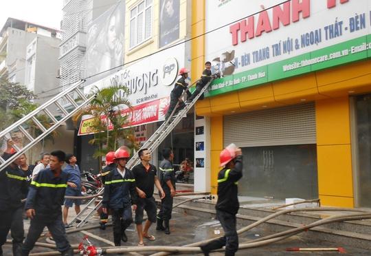 Cả phố náo loạn vì cửa hàng đèn trang trí bốc cháy - Ảnh 2.