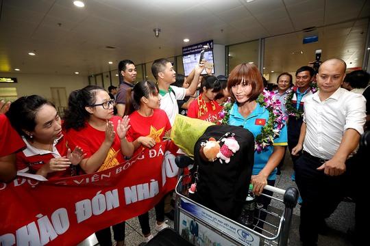 Ngày về rạng ngời của tuyển bóng đá nữ Việt Nam - Ảnh 17.