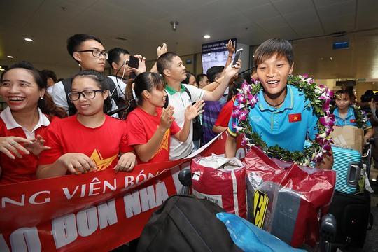 Ngày về rạng ngời của tuyển bóng đá nữ Việt Nam - Ảnh 22.
