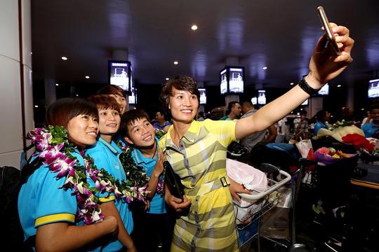 Ngày về rạng ngời của tuyển bóng đá nữ Việt Nam - Ảnh 16.