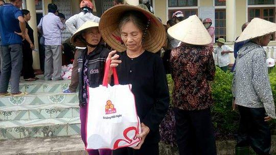 Báo Người Lao Động cùng Vissan cứu trợ người dân vùng tâm bão - Ảnh 4.
