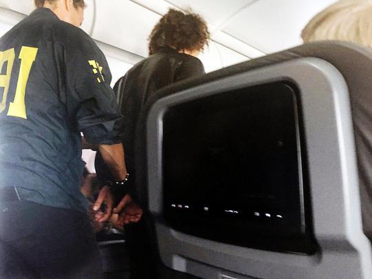 Gây rối trên máy bay, hành khách bị dán chặt trên ghế - Ảnh 1.