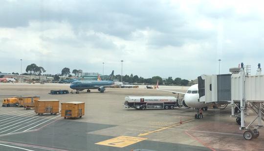 Chuyến bay chở đội tuyển U22 sang Hàn Quốc bị delay 2 lần - Ảnh 1.
