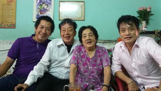 NS hài Khánh Nam, NS Khánh Tuấn và một người em bà con chụp ảnh với mẹ trong ngày Tết