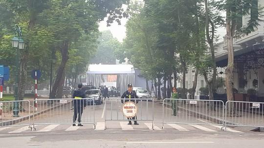 An ninh thắt chặt quanh nơi Tổng thống Donald Trump lưu trú - Ảnh 3.