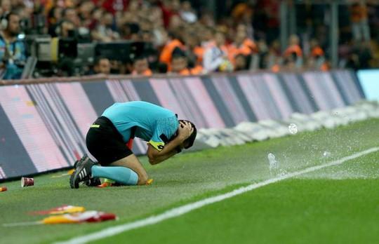 Trọng tài bị dội bom nước ở derby Istanbul - Ảnh 1.