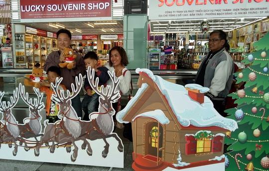 Ngạc nhiên với không khí Giáng sinh ở sân bay Nội Bài - Ảnh 4.
