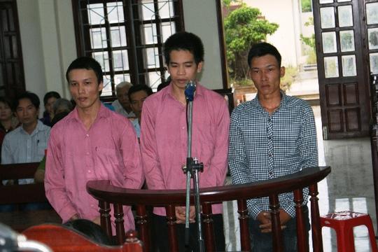 Khống chế người bệnh cướp tiền, 3 kẻ lãnh án tù - Ảnh 1.