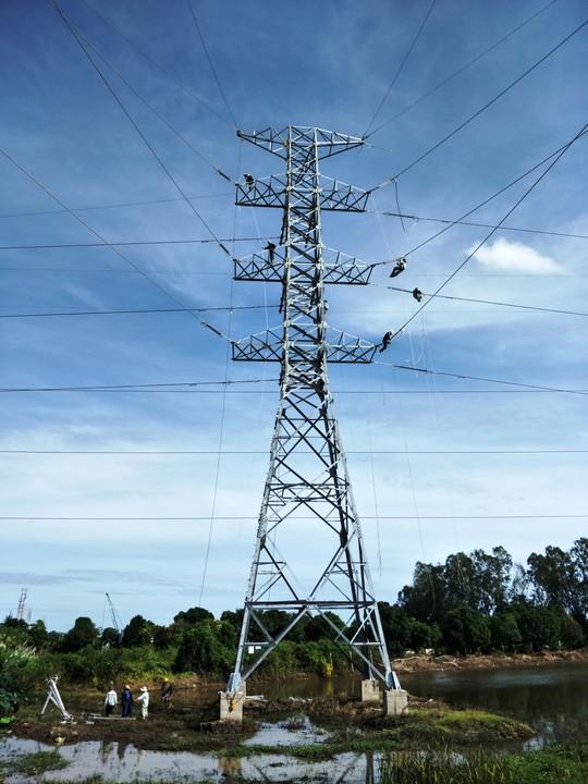 Đóng điện từ xa trạm biến áp 220 kV Long Xuyên 2 và đường dây đấu nối - Ảnh 1.
