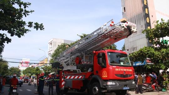 Cháy lớn tại quán Karaoke, gần 100 cảnh sát tham gia chữa cháy - Ảnh 2.
