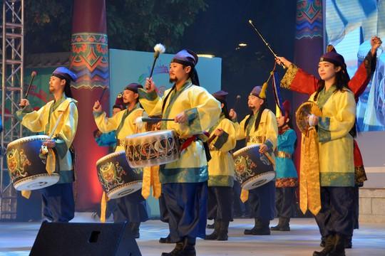 Ngắm nghệ sĩ Việt - Hàn - Nga - Campuchia lộng lẫy trên sân khấu - Ảnh 12.